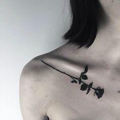 tatouage-rose-noire-3d-clavicule-femme