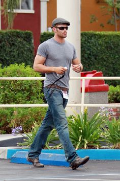 "Kellan Lutz Photos Photos - Thursday, August 16, 2012.  ""Twilight"" star Kellan Lutz improbably is seen leaving a KFC after a late lunch with a friend in Los Angeles, CA where the fit action hero played with photographers by leaving them a secret message, a sign stuck into is belt reading ""Danger, Hot"". - Kellan Lutz Gets KFC in LA"