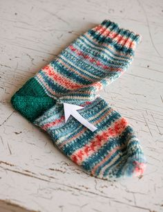 Easy-ish sock knitting pattern with video for needles. Crochet Socks, Knitted Slippers, Knit Or Crochet, Crochet Granny, How To Knit Socks, Easy Knitting, Knitting Stitches, Knitting Socks, Knitting Machine