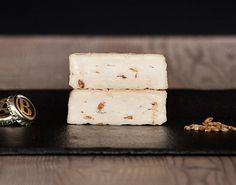 l Bierkas de Capriz es un queso de pasta blanda elaborado con leche de vaca 100% de las granjas del Tirol del Sur, con sabor a cerveza oscura y malta de la fábrica de cerveza Brau trozo en Bolzano. Durante su maduración de tres semanas de que el queso se lava y se volvió cada dos días con fermentos de maduración y cerveza, es uno de los que el sabor es también claramente marcada.