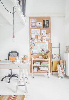 Here are 11 inspiring ways to organize and decorate a home office. In this post, you will find ideas on desk organization, home office storage and more! Home Office Space, Office Workspace, Home Office Design, Home Office Decor, Home Decor, Organized Office, Office Spaces, Office Ideas, Small Workspace