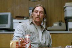 #TrueDetective con Matthew McConaughey bebiendo #cerveza #LoneStar | Descubre más en curiositybeer.com