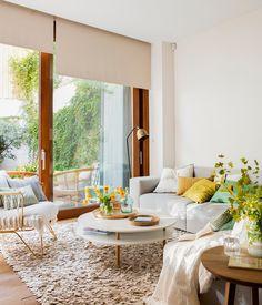 Salón con ventanal al jardín con butaca y sofá_ 00460841