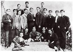 Ο Νίκος Καζαντζάκης (πέμπτος από αριστερά, στη μεσαία σειρά) με τους συμμαθητές του της Στ΄ Τάξεως του Γυμνασίου Ηρακλείου. 30.5.1901.