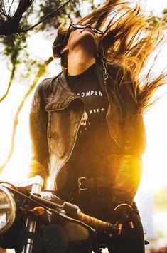The most beautyfull image of the world's woman riders, bikers & motorcycle lifestyle Lady Biker, Biker Girl, Bike Urbana, Motorcycle Photo Shoot, Motorcycle Quotes, Blitz Motorcycles, Custom Motorcycles, Custom Bikes, Biker Photoshoot