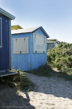 Small beach cabins for changing..