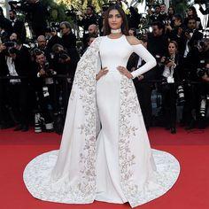 @yeswedding  Bom dia brides! A atriz indiana Sonam Kapoor chamou a atenção no red carpet de #Cannes com esse vestido by #ralphandrusso! E ai gostaram?? Veja mais modelos all white usados pelas celebs no Festival no #AntenaYes!! ✨ #vestidos #whitedress #cannesfilmfestival #casamento #wedding #bride #bridalinspiration #yeswedding