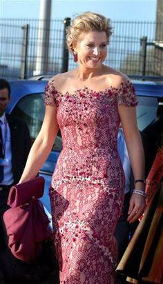 Vestido vino, también diseñado por Jan Taminiau En su primer desfile en barco como reina, Máxima usó un vestido largo de encaje y pedrería sobre transparencias
