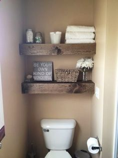 Интересный интерьер в ванной комнате создан благодаря паллетным стеллажам.