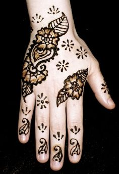 Simple Henna Designs For Hands Simple mehndi designs for hands are in discussion these days and especially in summer as both girls and women. Wedding Henna Designs, Cool Henna Designs, Indian Henna Designs, Beginner Henna Designs, Mehndi Designs For Hands, Hand Designs, Henna Pictures, Henna Images, Full Hand Mehndi