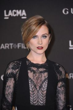 Evan Rachel Wood has opted for a stacked bob that flatters her unbelievably. When she had longer locks, the actress had to curl them constantly. But now she can relax and spend less time on styling. Such easy steps as making a side parting, backcombing at the roots and final fixation with hair spray lead to a very stylish short hairstyle you can do at home.