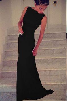 Pret: 79 Lei. Rochie de ocazie lunga ideala pentru a avea o prezenta uimitoare. Realizata cu un design simplu, se remarca prin lungimea ei si prin materialul fin la atingere. Culoarea neagra este cea care suplimenteaza ideea de eleganta suprema.