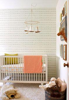 Acogedora habitación de bebé con pinceladas en naranja y gris Check more at http://decoracionbebes.com/acogedora-habitacion-de-bebe-con-pinceladas-en-naranja-y-gris/