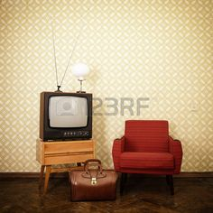 Pi ce de cru avec le vieux fauteuil fa onn r tro tv lampe et sac sur du papier peint oblolete Virage Banque d'images