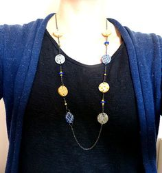 [Sautoir jaune et bleu. Pâte polymère, fimo]  Sautoir avec des perles rondes, que j'ai fabriqué en pâte polymère,fimo,jaune et bleu.Accompagné de perles synthétiques plates bleues et des perles de rocailles jaunes.     Monté sur une chaine couleur gun métal. Et une chaine de rallonge.    Longueur : 60 à 65 cm    Livriason gratuite,soigneusement emballée.    Prix: 20.00 €  http://www.blcreafimo.fr