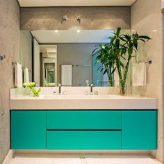 Banheiro da suíte master clean e muito chique!!! Cuba e bancada em mármore branco piguês, armário em laca turquesa, efeito cimento queimado.