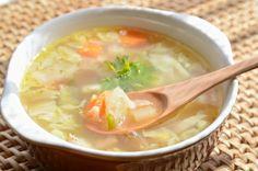 Faites-vous mijoter une bonne soupe aux choux comme on le faisait autrefois. C'est très bon pour la santé :) Detox Soup Cabbage, Cabbage Soup Recipes, Easy Healthy Recipes, Easy Meals, Healthy Soup, Eating Healthy, Soup Diet Plan, Clean Eating Soup, Soup And Salad