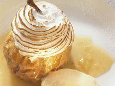 Bratapfel mit Baiser und Vanillecreme | Zeit: 40 Min. | http://eatsmarter.de/rezepte/bratapfel-mit-baiser-und-vanillecreme