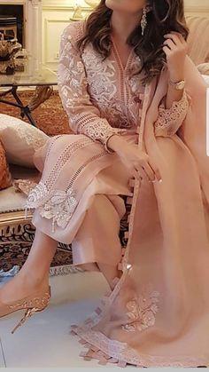 Pakistani Fashion Party Wear, Pakistani Formal Dresses, Pakistani Dress Design, Pakistani Outfits, Indian Outfits, Stylish Dresses For Girls, Stylish Dress Designs, Designs For Dresses, Simple Dresses