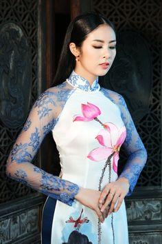 Hoa hậu Ngọc Hân e ấp với áo dài hoa