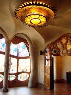 Una de las obras mas llamativas de Gaudí.  Esto es uno de los cuartos dentro de la Casa Batlló.  La casa fue un proyecto de renovación encargado por Josep Batlló i Casanovas.