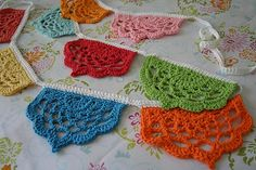 AcorntoOak's Half Lotus Bunting, free pattern with chart.Thanks so xox ☆ ★   https://uk.pinterest.com/peacefuldoves/