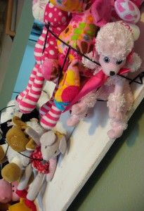 Supre cute idea at PinchingYourPennies.com for storing all those little stuffed animal critters!