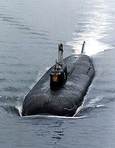 k-141 Kursk Lunghezza 154 m Larghezza 18,2 m Profondità operativa 300-600 m Propulsione nucleare, due reattori ad acqua pressurizzata VM-5 da 190 MW; due turbine a gas per una potenza di 90.000 hp Velocità emersione: 16 immersione: 32 nodi Autonomia 120 giorni Equipaggio 94
