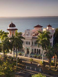 Cuba, Cienfuegos Province, Cienfuegos, Punta Gorda, Palacio De Valle, Restored Sugar Baron House Lámina fotográfica por Walter Bibikow en AllPosters.com.ar.