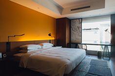 アジア初上陸「ハイアット セントリック」の内部公開、ミレニアル世代がターゲット Park Hotel, Guest Room, Bedroom, Furniture, Design, Home Decor, Tokyo, Sleep, Bedrooms