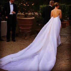 """Quando vimos essa foto, nos apaixonamos pelo vestido e fomos atrás de mais detalhes do casamento! A dona do look é Isabel Wilkinson, que disse o """"sim"""" a Benjamin Schor em um lindo DESTINATION WEDDING na Itália!😍😍😍Foram vários dias de festa, e os cenários são simplesmente deslumbrantes! Vem ver mais: www.constancezahn.com💻#casamento #wedding #destinationwedding #casamentonaitalia #bride #noiva #weddingdress #vestidodenoiva"""