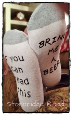 Socks, Men's or women's funny - If you can read this.bring me a beer, or bring me wine, or bring me chocolate Fathers Day Mothers Day by StoneridgeRoad on Etsy Gag Gifts, Craft Gifts, Beer Gifts, Funny Gifts, Daddy Gifts, Gifts For Dad, Husband Gifts, Daddy Day, Rico Design