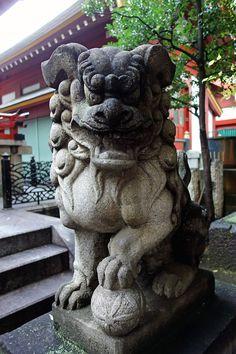 Komainu (shrine guardian dog statues) Japanese Culture, Japanese Art, Stone Lion, Sculptures, Lion Sculpture, Fu Dog, Lion Dance, Lion Dog, Male Lion