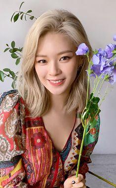 Twice More n More pre-order photo card Jeongyeon Nayeon, Suwon, Twice Jungyeon, Minatozaki Sana, Dahyun, Korean Girl Groups, Photo Cards, Kpop Girls, Girl Crushes