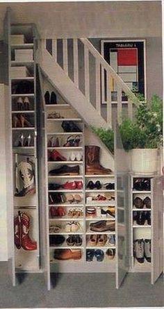 Un rangement chaussures en dessous de l'escalier