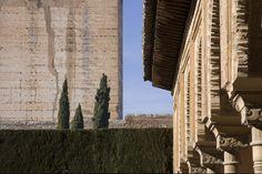 Patio de Machuca. Pormenor de la galería y la torre del Homenaje