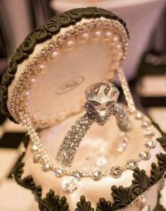 What is the importance of jewelry box for engagement rings? Is it necessary for engagement rings? What are the designs of jewelry box for engagement rings? Vintage Jewelry, Antique Jewellery, Wedding Engagement, Wedding Rings, Engagement Rings, Wedding Jewelry, Wedding Gowns, Wedding Cakes, Dream Ring