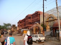 #magiaswiat #vrindavan #matura #podróż #zwiedzanie #indie #blog #świątynie #krishna #gopi #aszram #ogrody #jamuna #drzewogopi #mandir #kund #szpitalayurwedy #ghaty rangnath #bhagavan #rangaji #iscon #balaram #madanmohanji #govinddev# bihari Mandir, Amalfi, Krishna, Street View, Blog, Blogging