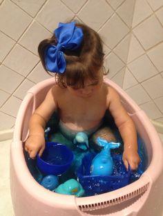 Banho sensorial com tudo azul