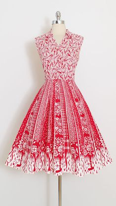➳ vintage 1950s dress * absolutely darling novelty print dress * the bodice is covered in tiny umbrellas * skirt large plaid and rose print umbrellas with raindrop border * metal side zipper * rhinestone center buttons condition | excellent fits like l/xl length 44 bodice 17 bust 40 waist 32-33 ➳ shop http://www.etsy.com/shop/millstreetvintage?ref=si_shop ➳ shop policies http://www.etsy.com/shop/millstreetvintage/policy twitter | Mil...