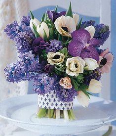 Frei stehendes Kunststück: Blumenstillleben mit frischen Frühlingsblühern in Blauweiß.