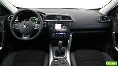 L'intérieur est soigné et ergonomique, mais la présence de plastiques non assortis peut surprendre ses occupants. De nombreux rangements sont répartis dans l'habitacle, comme dans la boîte à gants, dans l'accoudoir central avant et arrière et dans les portières. Le Kadjar dispose de 6 airbags de série.