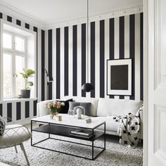 Beautiful Striped Walls Living Room Designs Ideas – Home Interior and Design Striped Wallpaper Design, Striped Wallpaper Living Room, Room Wallpaper, Wallpaper Ideas, Dining Room Wall Decor, Living Room Chairs, Living Room Trends, Living Room Designs, Black And White Living Room