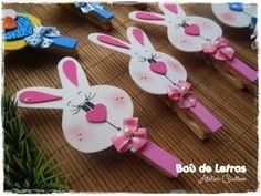 .::BAÚ DE LETRAS::. E.v.a. e Scrapbook Rabbit Crafts, Bunny Crafts, Easter Crafts, Fun Crafts For Kids, Gifts For Kids, Diy And Crafts, Bird Nest Craft, Clothespin Art, Themed Gift Baskets