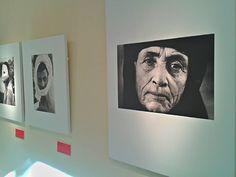 La Exposición de fotografías de de Jean Mohr, Cruz Roja. Disponible desde el 18 de noviembre al 28 de noviembre en el Centro Social Universitario, Campus de Espinardo de la UMU.