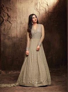 Sonal chauhan beige embroidered anarkali suit online which is crafted from georgette fabric with exclusive zari embroidery and stone work. This stunning designer anarkali suit comes with santoon bottom santoon inner and chiffon dupatta. Robe Anarkali, Costumes Anarkali, Anarkali Suits, Anarkali Churidar, Churidar Suits, Lehenga, Designer Anarkali, Mode Bollywood, Bollywood Fashion