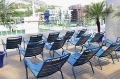 #aménagement #fauteuil #luxembourg #fermob #détente #convivialité #solarium #confluence #lyon Outdoor Tables, Outdoor Decor, Confluence Lyon, Sun Lounger, Outdoor Furniture Sets, Armchair, Patio, Design, Home Decor