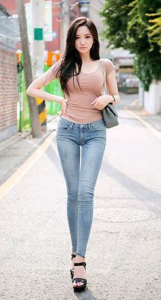 Enjoy nice body of Asian girls - Bluedeals Pretty Asian, Beautiful Asian Women, Sexy Jeans, Skinny Jeans, Denim Jeans, Fashion Pants, Girl Fashion, Fashion Tips, Stylish Girl Pic
