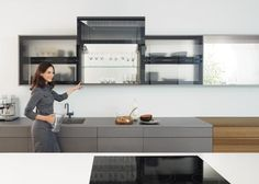 Foto: Bovenkasten met klapdeuren maken uw keuken praktisch. AVENTOS Klapdeurbeslag van Blum zorgt ervoor dat de klapdeur in elke gewenste positie blijft staan.. Geplaatst door Blum-Showroom op Welke.nl
