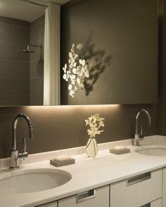 indirekte led beleuchtung bad graue wandfarbe spiegel hinterbeleuchtung